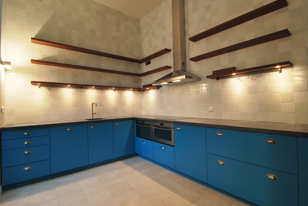 Keuken blauw gespoten blad belgisch hardsteen ontwerp daan mulder jeroen kool - Keuken blauw en wit ...